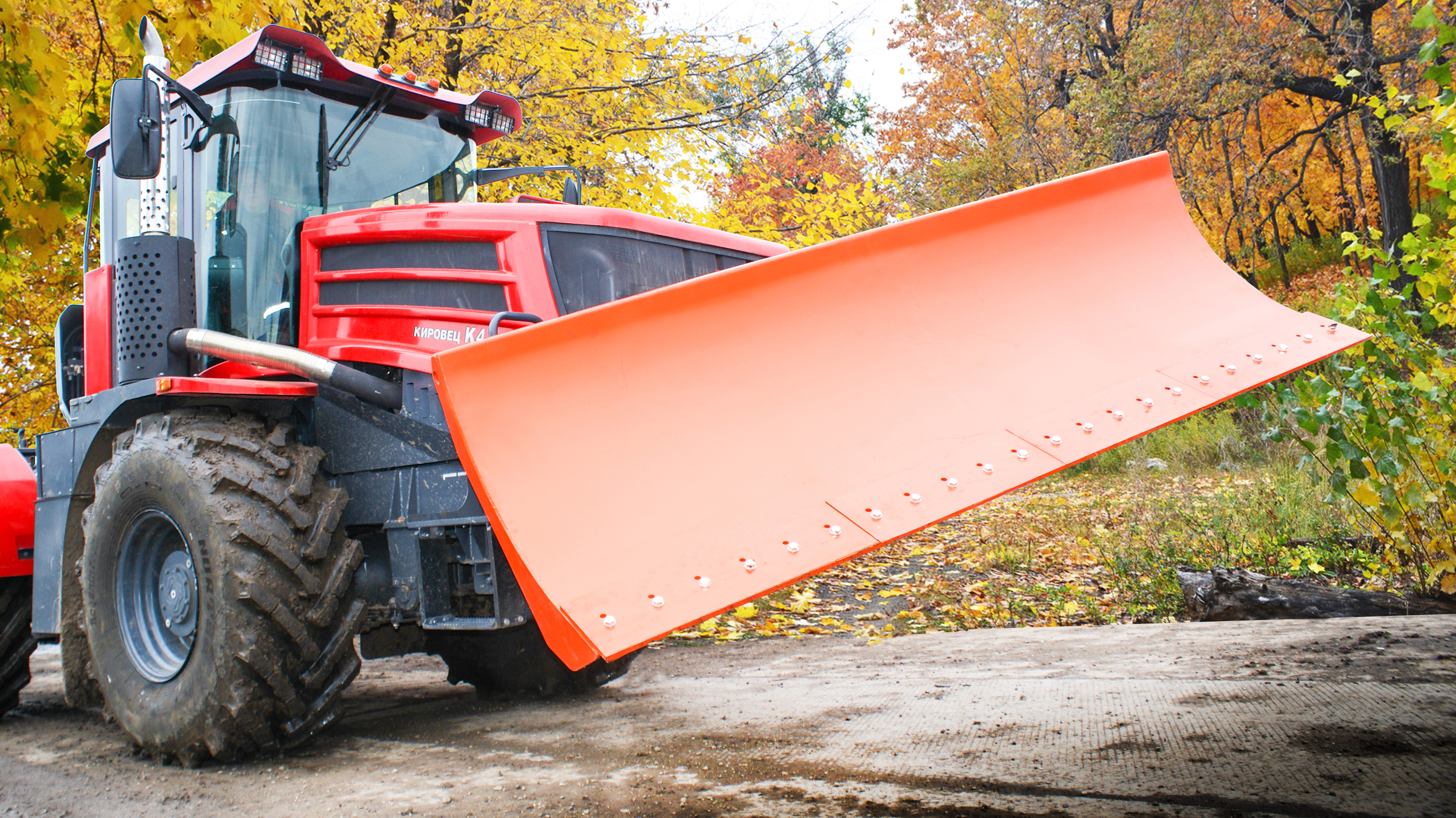 Трактор с насадками для уборки снега